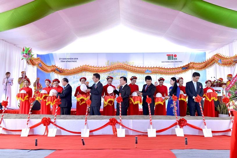 Quan khách tham dự, đại diện đơn vị tổ chức lễ khởi công tiến hành nghi lễ động thổ khu công nghiệp Thăng Long Vĩnh Phúc.