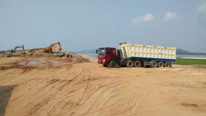 Xe tải cỡ lớn vận chuyện cát xây dựng