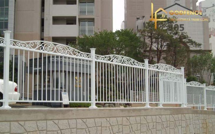 Hàng rào sắt mỹ thuật uốn hoa sơn tĩnh điện màu trắng