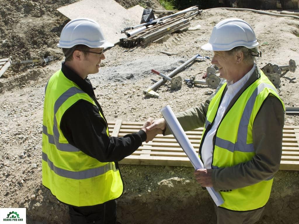 2 kỹ sư đang nghiệm thu công trình