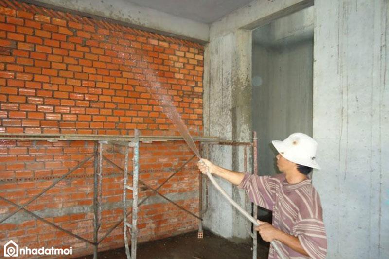 Bề mặt trát cần được vệ sinh sạch sẽ, tưới nước để tăng độ bám dính