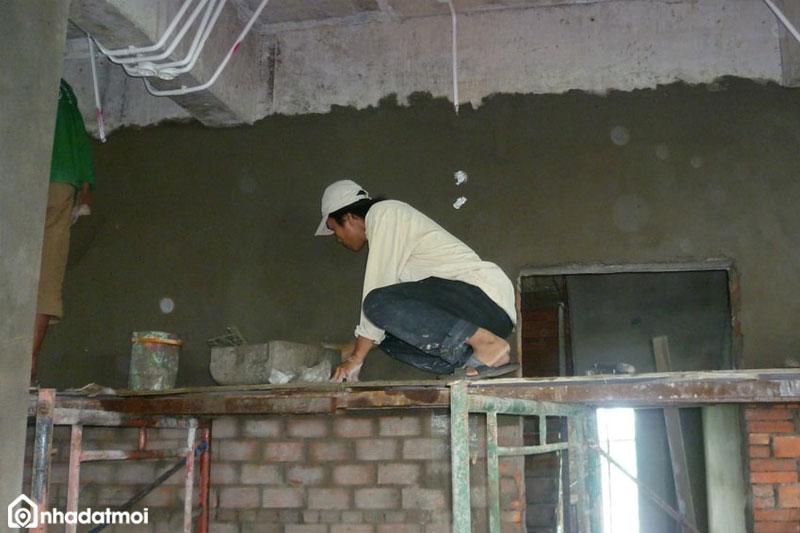 Để trát tường nhà đẹp, phẳng người thợ cần có sự tỉ mỉ, khéo léo