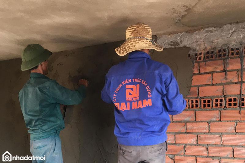 Tiến hành xoa vữa lại với những khu vực còn bị lỗi khi trát tường