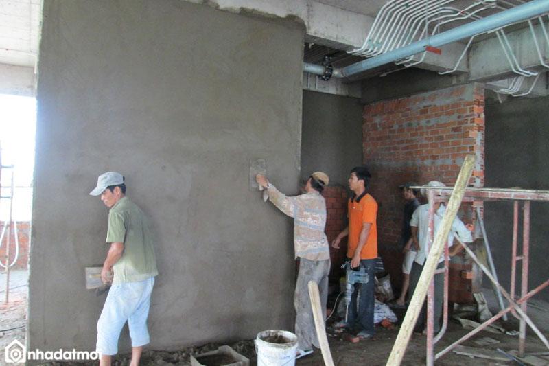 Hoàn thiện và kiểm tra trát tường đã phẳng mịn, thẩm mỹ
