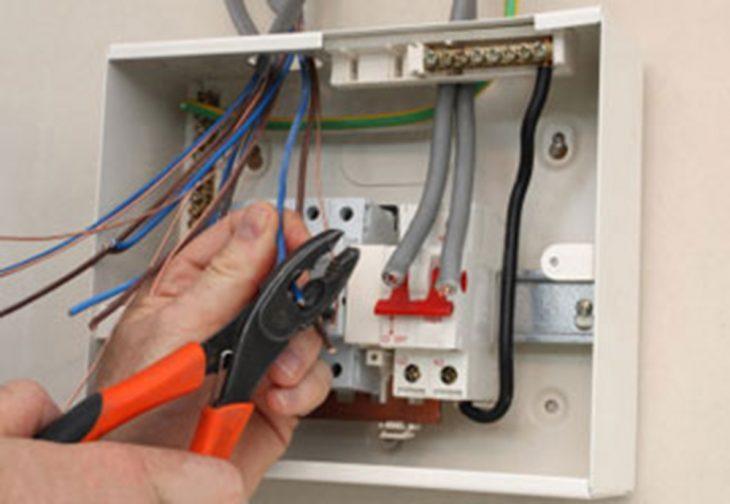Đội ngũ kỹ thuật viên đang lắp đặt thiết bị điện
